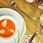 Paprikasuppe mit Kräuter-Ravioli