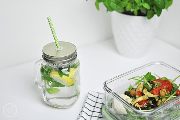 Salat mit Ofengemüse und Hummus
