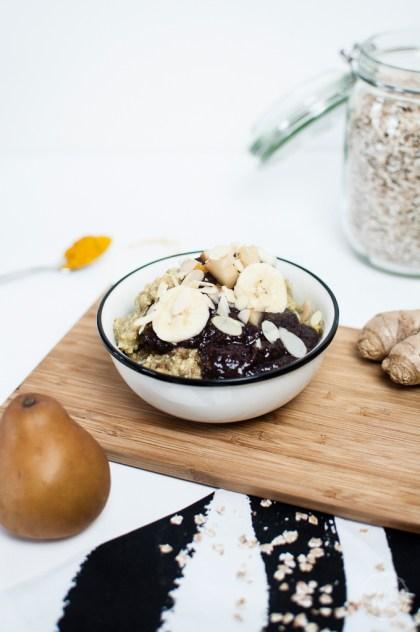Ayurvedischer Porridge mit Acai Topping