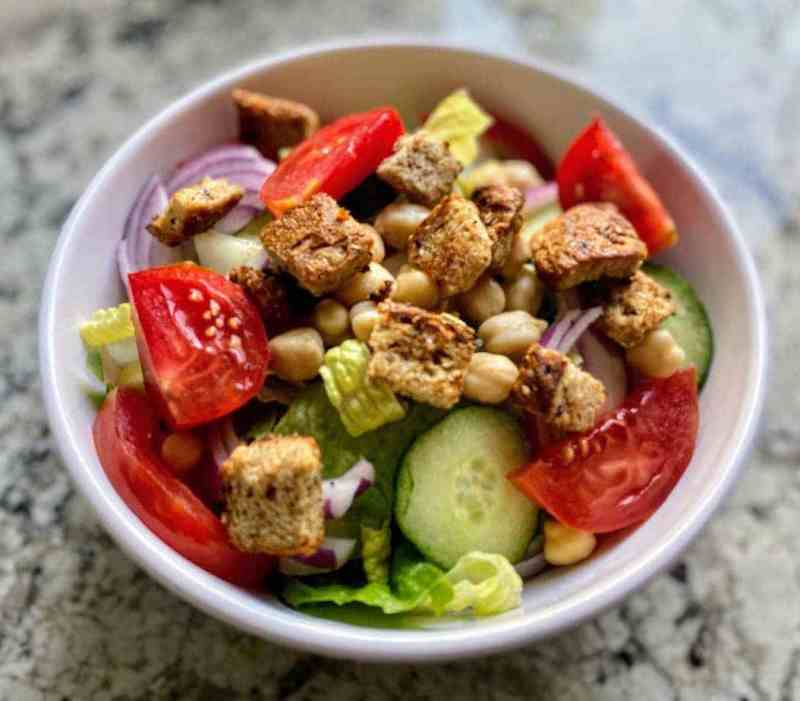 garlic croutons salad