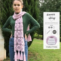 Vídeo y patrón Emma Wrap de Crochet Road, una estola a ganchillo con borlas para lucir todo el año