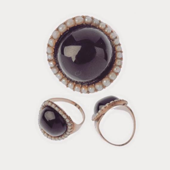 Antique Victorian Garnet and Split Pearl Ring set in Yellow Gold