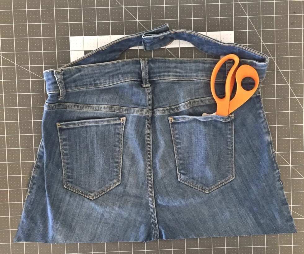 5 Minute No Sew Apron From Jeans, Tutorial by Katie Crafts; http://www.katiecrafts.com