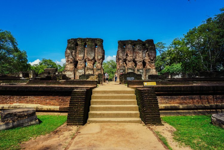 Image of the remains of the columns of a building in Polonnaruwa in Sri Lanka