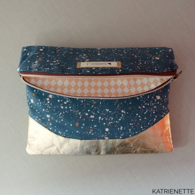 Katrienette heidi foldover clutch wristlet swoon swoonpatterns free pattern bag handbag atelier brunette atelierbrunette fabric terrazzo rico design washable paper washablepaper gold rose rosegold workshop bag making sewing naaien tas handtas gratis patroon party glitter glam metallic katrienetteworkshop