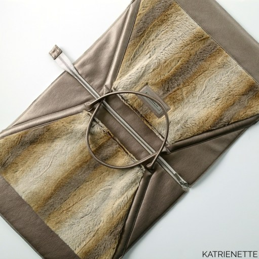 Katrienette Mathilda mijn tas mijntas 2 twee II blogtour kunstleer nepleer imitation leather fake faux fur nepbont kunstbont imitatie bont hengsel handvaten bag pattern naaiboek