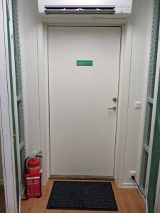 Brandsläckaren & brandfilten vid nödutgången. Samma utrustning vid entrédörren. Ska bara väggmonteras.