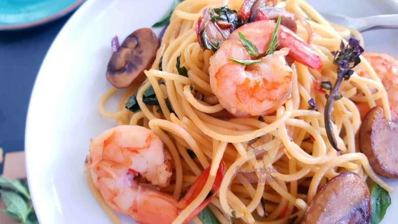 pepper garlic shrimps & scentleaf spaghetti