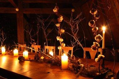 Rustikal, elegante Winterdeko auf der Holztafel