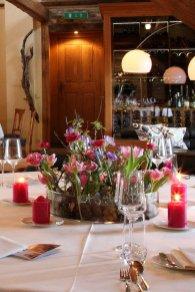 Eine Geburtstagsfeier im Frühling mit 27 Gästen an 3 runden, kommunikativen Tischen platziert ....