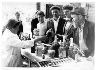 28.06.1965,_torgovlya_vino-vodochnymi_izdeliyami_na_yarmarke_v_parke_p.kavalerovo