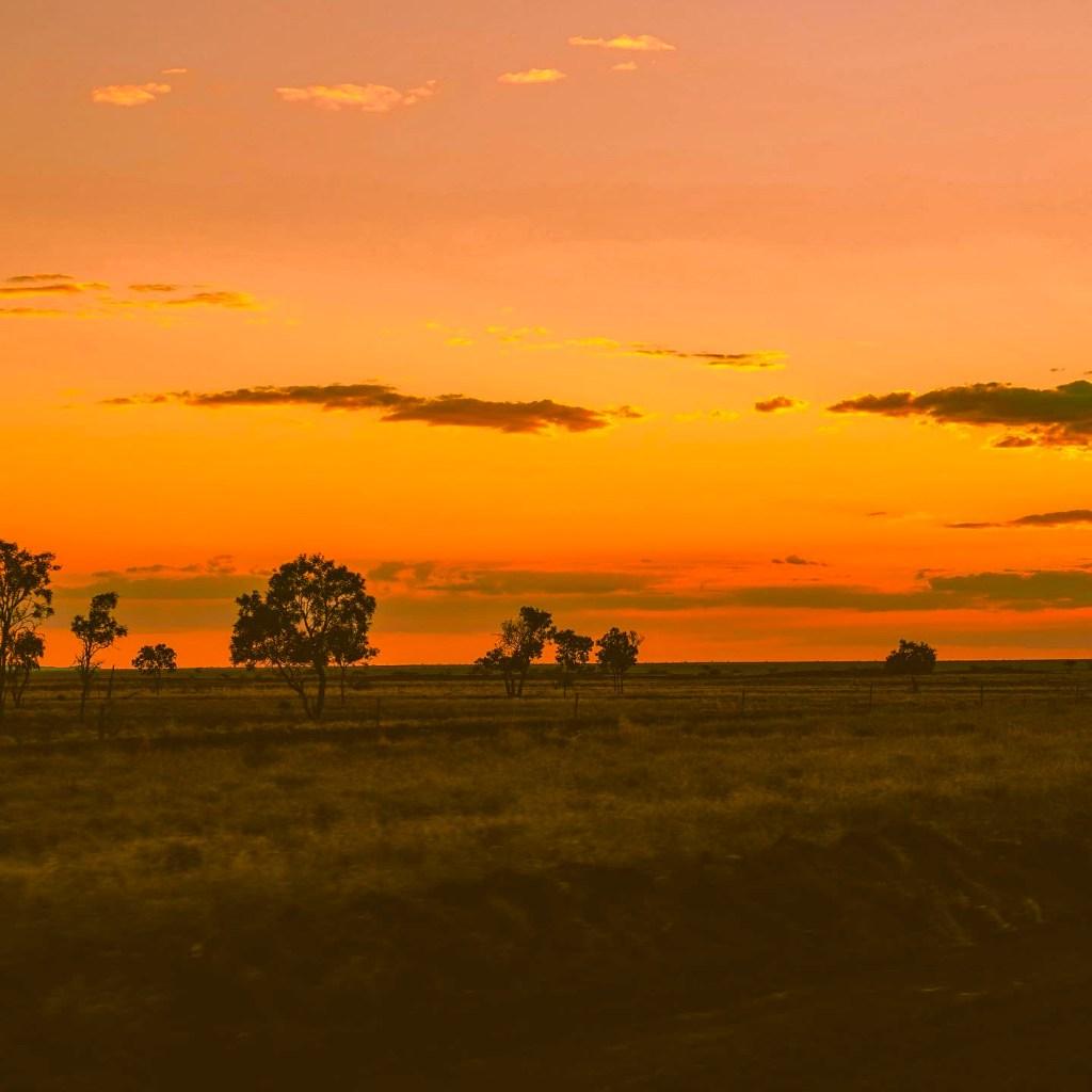 zachód słońca australia uluru