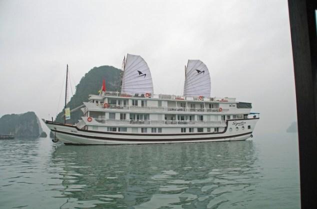 Barco para passeio turístico em Halong bay