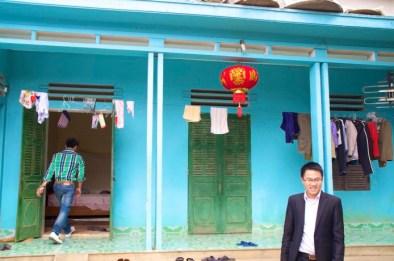 Casa que visitamos, logo depois da porta de entrada que esta aberta, uma cama.