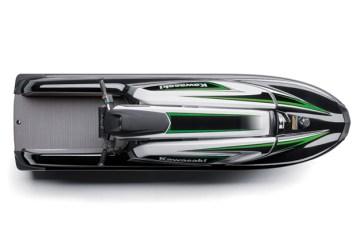 Por mais de 40 anos os Jet Skis da Kawasaki têm sido uma fonte de excitação na água. Continuamente empurrando os limites da diversão e da performance, esses Personal Watercrafts ou PWCs evoluíram para máquinas sofisticadas e de alta performance que apresentam as últimas tecnologias em motores e cascos. Como a pioneira em produção de PWCs, a Kawasaki tem a satisfação de apresentar o JET SKI SX-R, um modelo aguardado a tempos e que certamente redefine o padrão de potência e dirigibilidade para esta categoria de produtos. Equipado com um motor de 1.498 cm3, 4 tempos, 4 cilindros em linha , o SX-R tem o dobro de potência de seu antecessor com um motor de 2 tempos, o Jet Ski 800 SX-R, e uma boa elasticidade que entrega uma forte aceleração em qualquer rotação. Essa enorme potência é aproveitada em um casco novo e redesenhado que permite aos usuários utilizarem o corpo inteiro de modo a controlar este novo e excitante modelo. O SX-R, 4 tempos, dá um sopro de vida nesta categoria. Sua combinação da grande e mesmo assim controlável potência, e sua agilidade oferecem uma experiência sem precedentes a uma grande faixa de usuários.