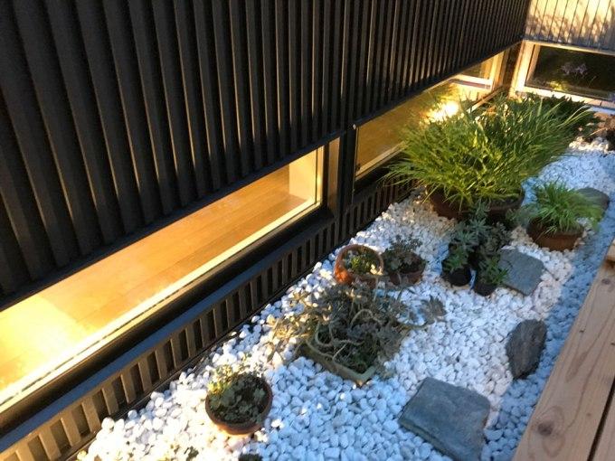 坪庭の地窓