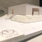 台形敷地に建つ中庭のある平屋の住宅