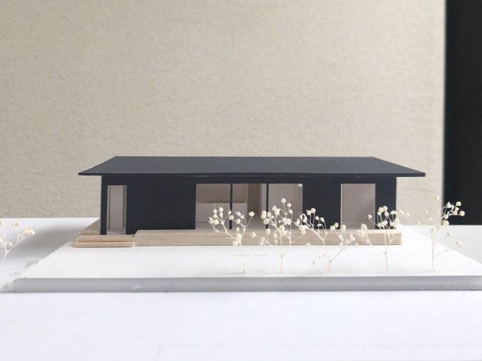 交差点に建つ平屋の住宅