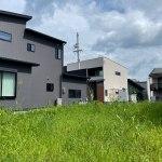 分譲地奥に建つL型の家