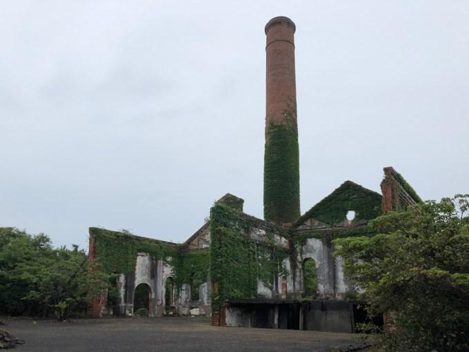 既存施設の一部同じく廃墟化しています。