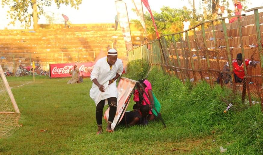 Tear Gas, Gun-shots mar Jinja SS' slim win over 10 man Standard High Zana #Uganda fans take cover after tear gas was fired at Kakindu Stadium