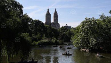 Photo of Građani u njujorškom Central Parku u vožnji čamcima nalaze spas od visokih temperatura