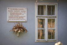Photo of Sabiha Kapidžić, sestra Nasihe Kapidžić Hadžić u porodičnoj kući čuva uspomene na čuvenu pjesnikinju