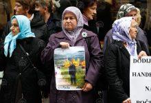 Photo of Mirno okupljanje u Sarajevu zbog nagrade Handkeu: Porodice žrtava idu u Stockholm