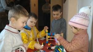 Дети любят играть в воскресной школе