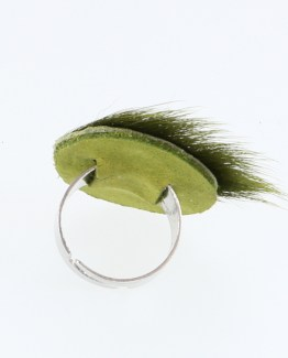 "Bague Kazh de la collection ""Excuse"" en cuir poils ras de couler vert acide."