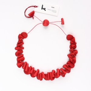 "Collier Galet Kazh de la collection ""Galets"" en cuir de couleur Corail."