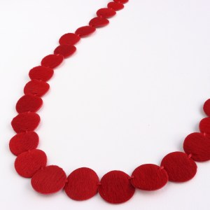 "Collier Kazh de la collection ""Perles"" en cuir à poils ras de couleur rouge vif."