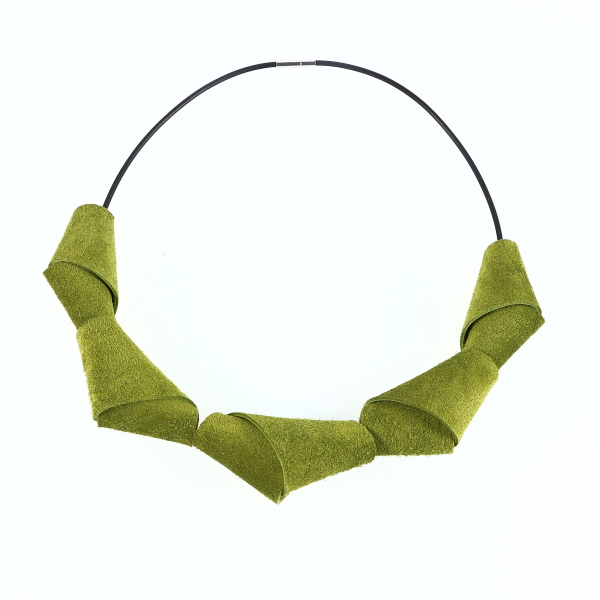 Collier Berlingot de Kazh By Annie B. en cuir de couleur vert mousse