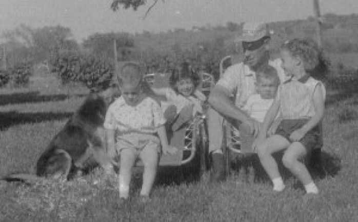 49_Joe and the four Carroll kids on the lawn (1)