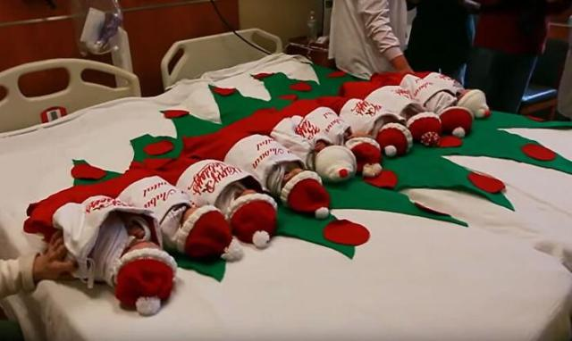Neonati in calze natalizie Methodist Children's Hospital Texas