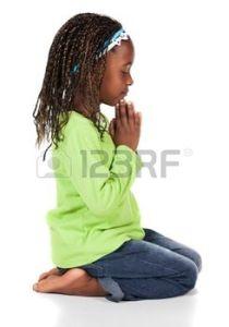 20614637-schattig-klein-afrikaans-kind-met-vlechten-dragen-van-een-fel-groen-shirt-en-blauwe-spijkerbroek-het