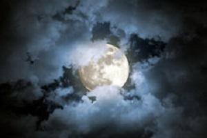 bewolkte-volle-maannacht-43740127