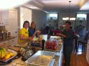 Οι γυναίκες του σπιτιού ετοιμάζουν τα παραδοσιακά εδέσματα