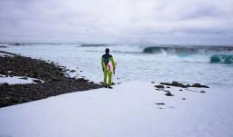 Σέρφινγκ στα παγωμένα κύματα της Αρκτικής