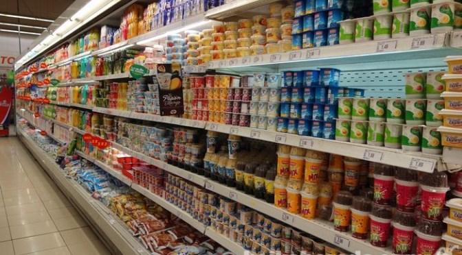 スーパーにずらりと並んだヨーグルト