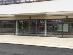 827 - Sicherheitsmarkierungen an einem Gymnasium im Sauerland