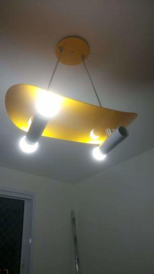 Instalação de luminária no quarto infantil