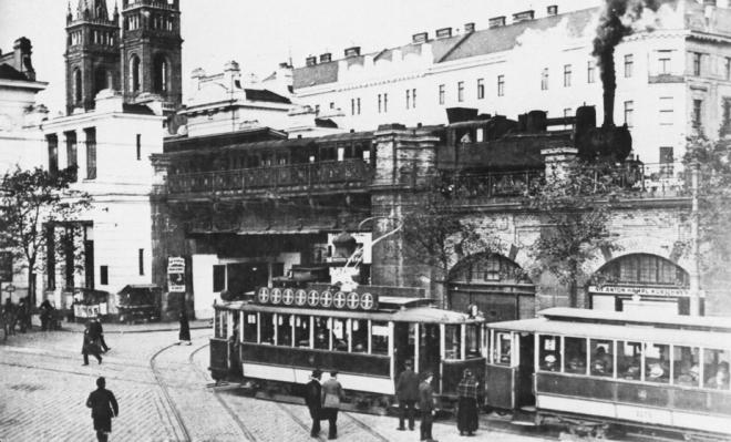Die Tram elektrifiziert, die Stadtbahn vor 1910 noch nicht, Wien rund um den Josefstädter Gürtel bereits dicht bebaut.