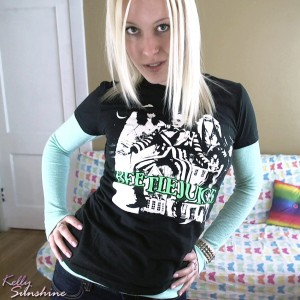 Blonde cam girl Kelly Sunshine in a cute casual t-shirt