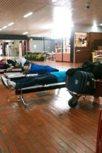 Bangku panjang untuk tidur di bandara Cengkareng