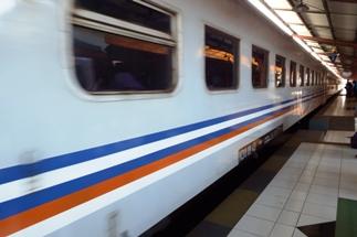 Naik Kereta Api ke Surabaya