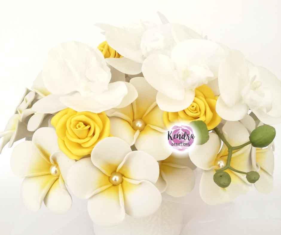 Bouquet Frangipani rose gialle orchidea bianca