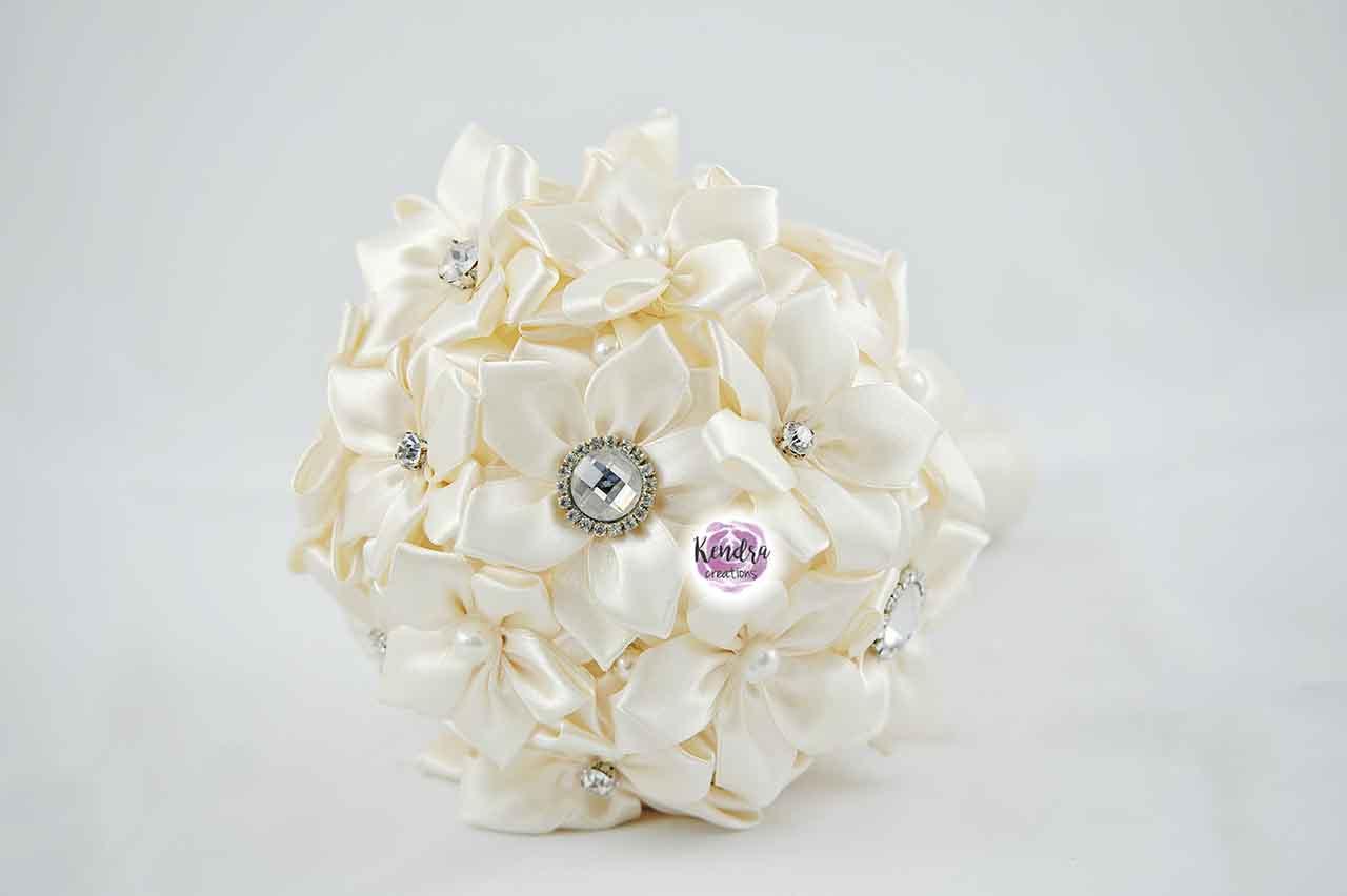 Bouquet con fiori di stoffa raso