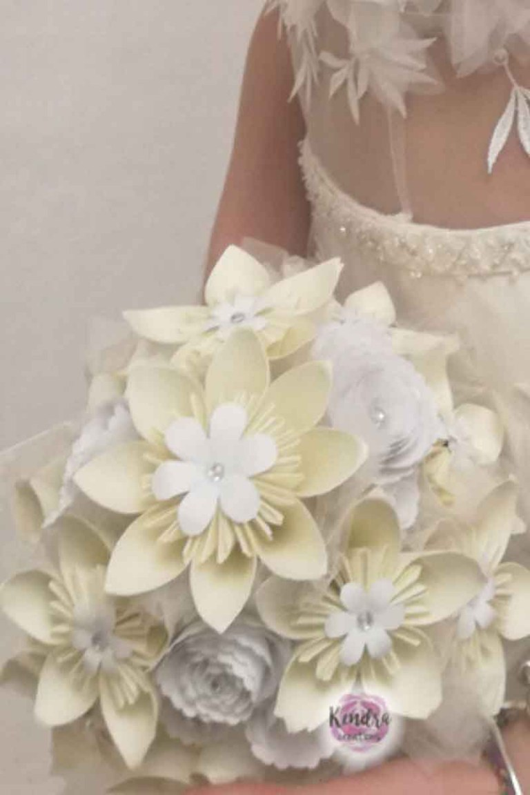 sposa con bouquet di carta