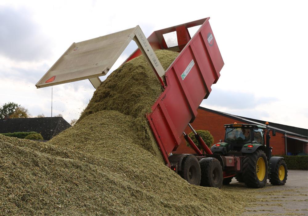 Loonbedrijf Kennes maïs lossen